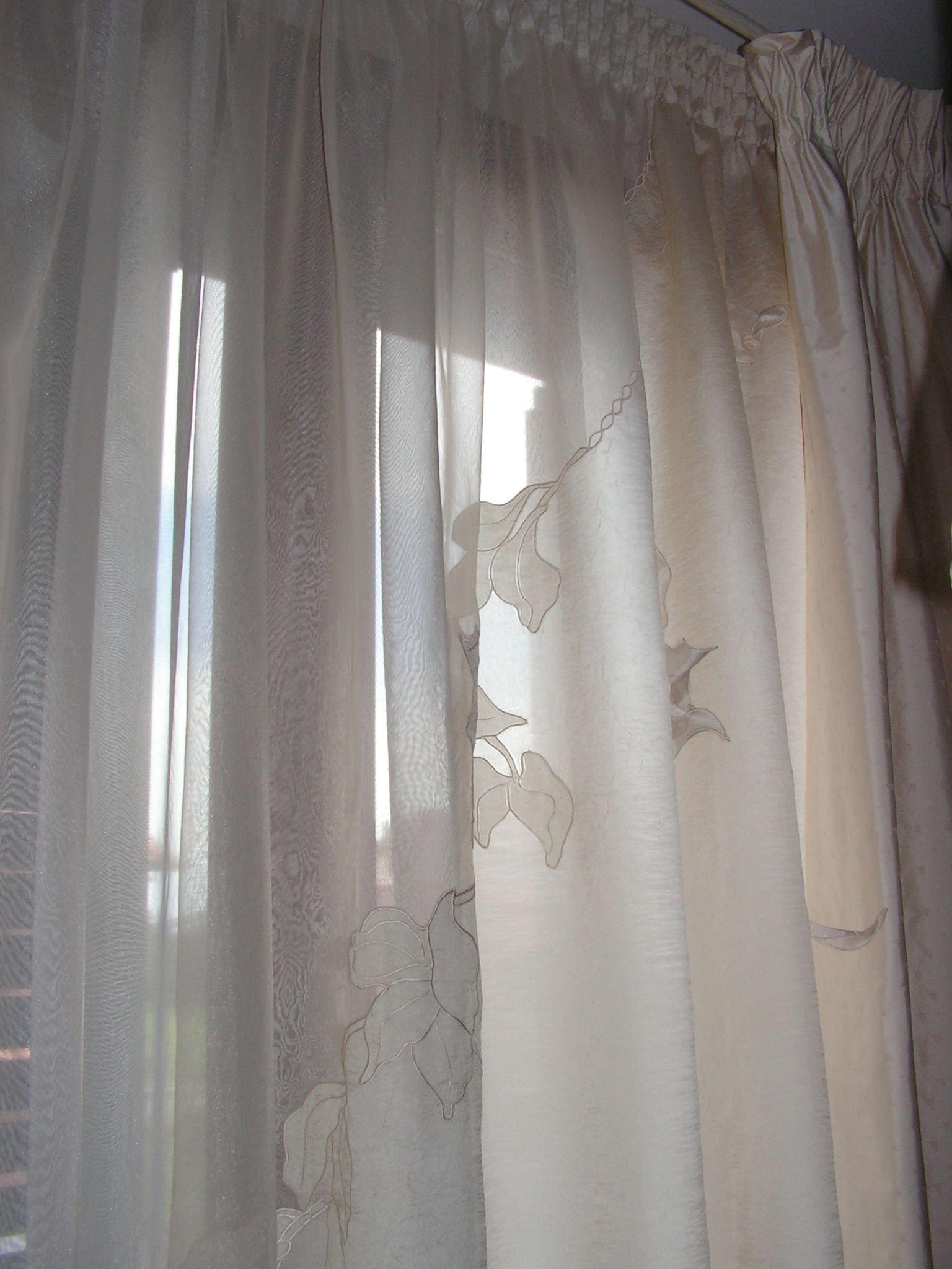 Tenda in seta con applicazioni tende da interni for Tende corte