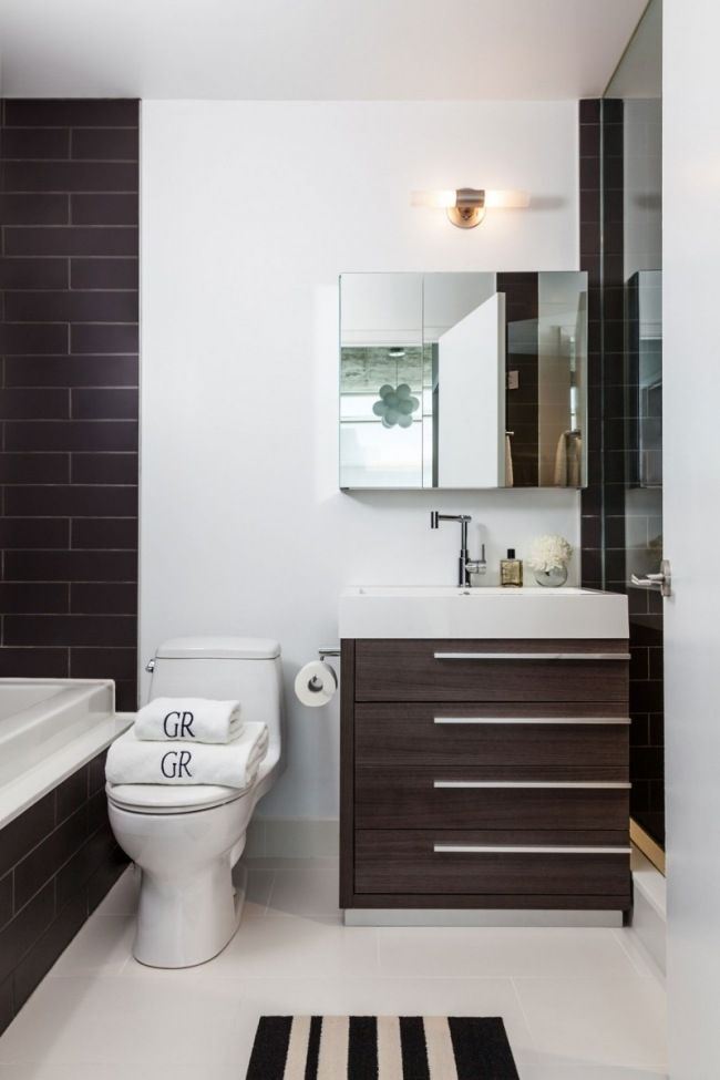 Kleines Badezimmer Waschtisch Holz Badewanne Schwarze Wandfliesen