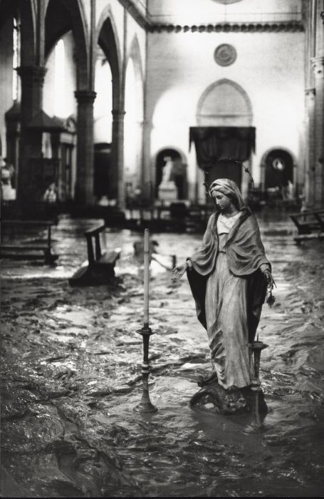 The Arno River has overflowed flooding a church. Florence, November 1966 MONDADORI PORTFOLIO