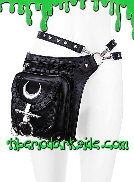 PRECIO en Tiberio Dark Side 46,50€ (otras tiendas 50,83-89€)Cinturón nu goth realizado en piel sintética negra con bolso lateral. 4 compartimentos (3 frontales, 1 trasero). Argollas y lunas crecientes color plateado. Se puede poner de varias formas alrededor de la cintura y sujetar a la pierna. Cambiando la posición de las correas también se puede colgar al hombro como bolso o pequeña mochila.COLOR: NEGROTALLA: ÚNICATAMAÑO: 27 cm ancho x 27 cm alto