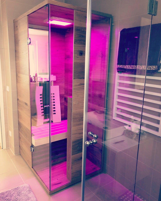 Eine Kleine Tiefenwarmekabine Mit Rotlicht Vollspektrumstrahler Aus Asteiche Fur Eine Person In Einem Badezimmer Infrar Infrarotkabine Kabine Infrarot Sauna