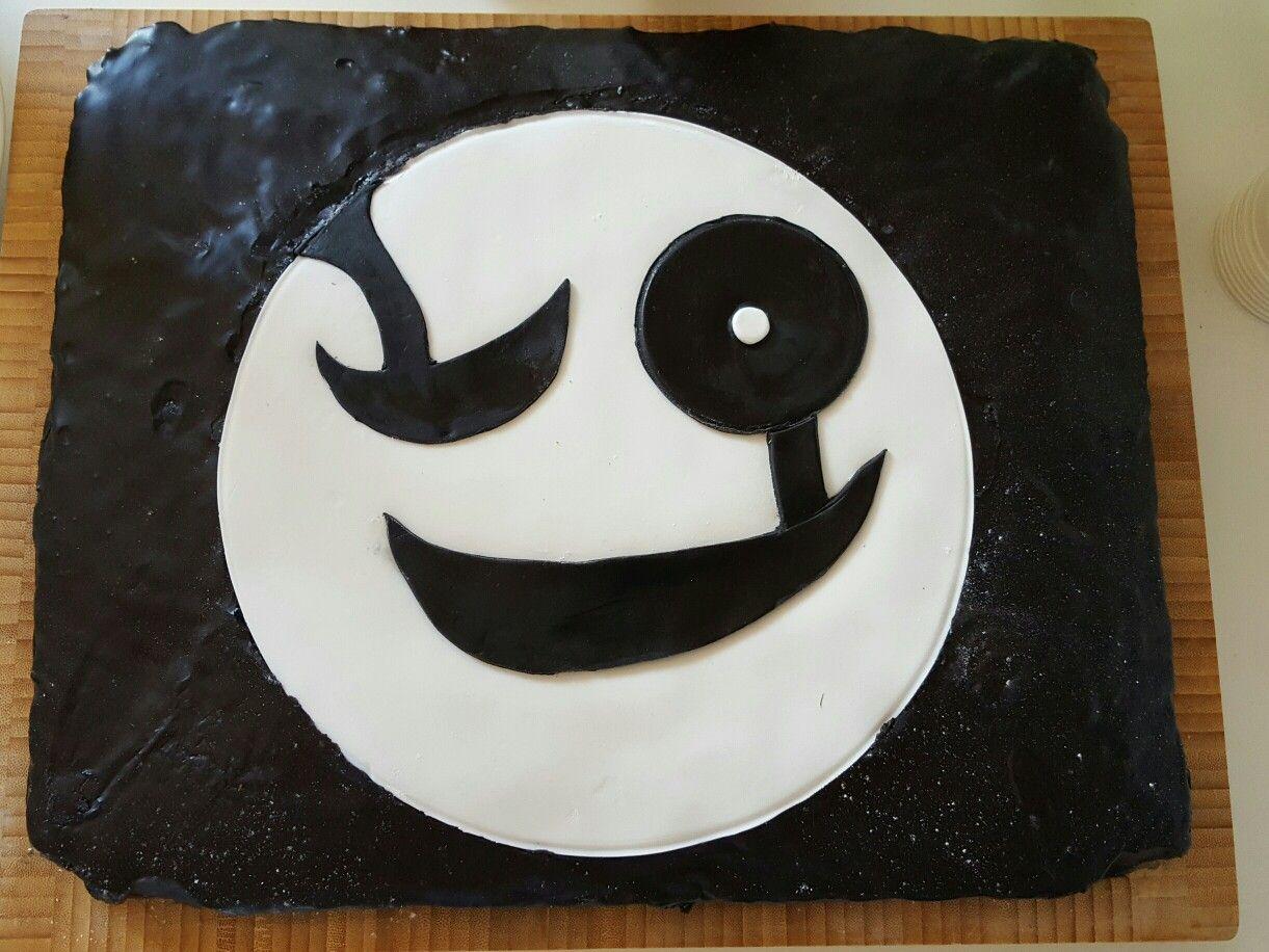 Undertale-kage til Noahs 9 års drengefødselsdag. Lavet af lys kagedej med chokolageknapper og mandler. Pyntet med sort smørglasur og fondant.
