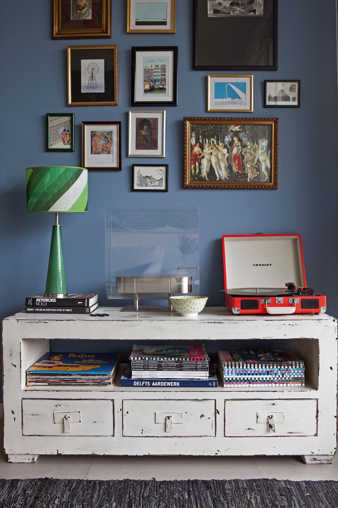 Un D Plex Decorado Con Colores Plenos Tocadiscos Crosley  # Muebles Momento Actual