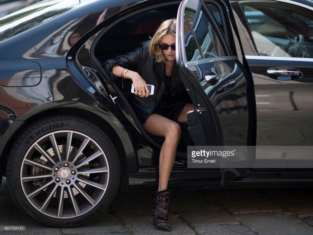 Photo d'actualité : Anja Rubik seen before the Versace Fashion Show...