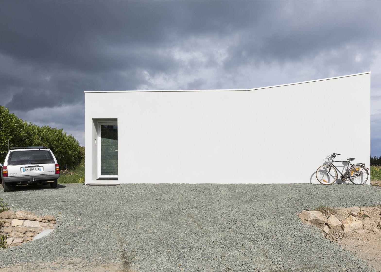 Alireza Razavi's House for a Photographer has slanted volumes