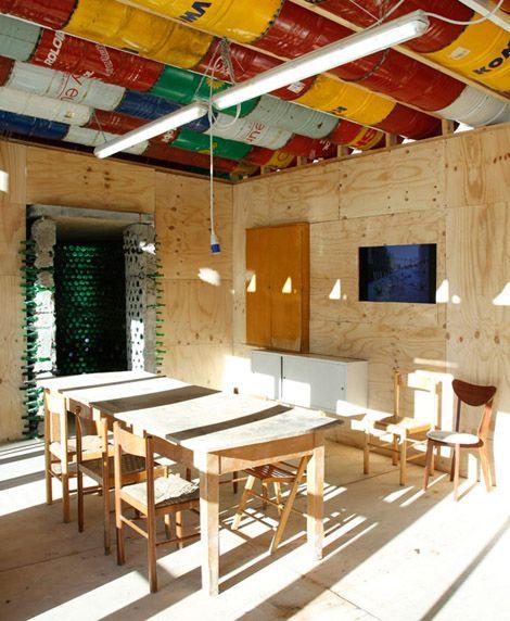 Casa hecha con material reciclado reciclado pinterest for Materiales para techos de casas