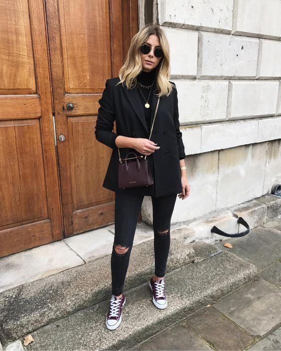 Como atualizar o look com calça skinny. Blazer preto oversized, blusa de gola alta preta, mix com correntes douradas, cal