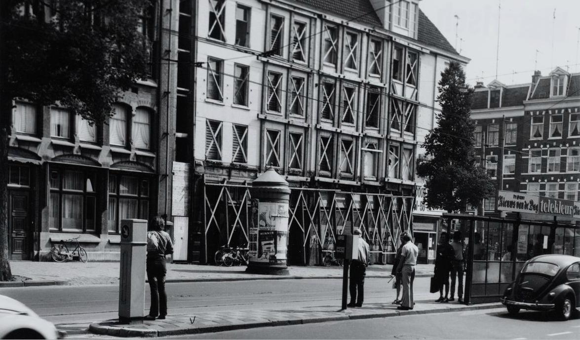Bilderdijkstraat hoek Kinkerstraat bij de tramhalte van lijn 7 en 3. Op de achtergrond het voormalig hoekpand van Dirk van de Broek dat gesloopt wordt.