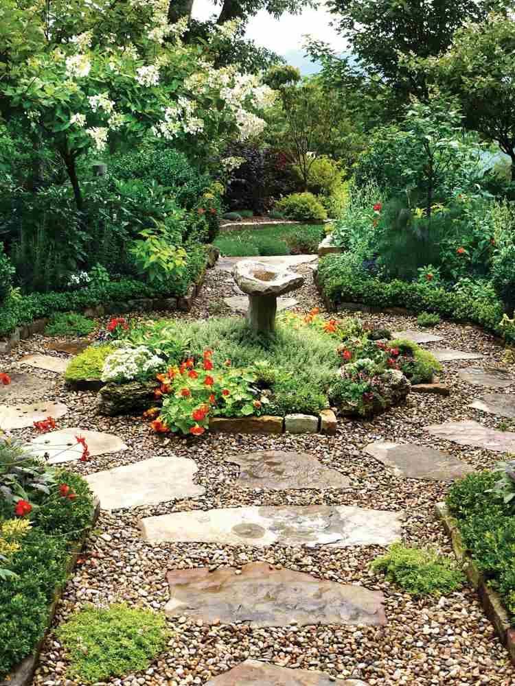 Kies und Sandsteinplatten im traditionellen Garten - gartengestaltung mit steinen und blumen