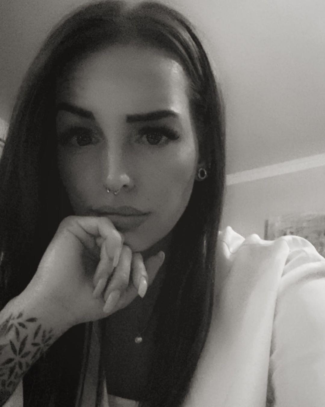 Mir egal ob ich richtig oder falsch liege - Hauptsache ich liege. 🤓 _______________________________________________________#blackandwhite #happyeaster #tattoogirl #inked #inkedgirl #tattted #tattoosofinstagram