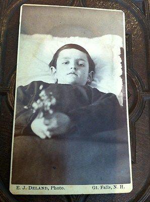La forma en que los niños eran retratados adoptaba distintos formatos: a veces se simulaba que el niño estaba vivo y despierto; en otras ocasiones se daba la impresión de descanso y sueño; finalmente, se podrá preferir un formato mortuorio, estaba claro que se estaba frente a un cuerpo muerto.