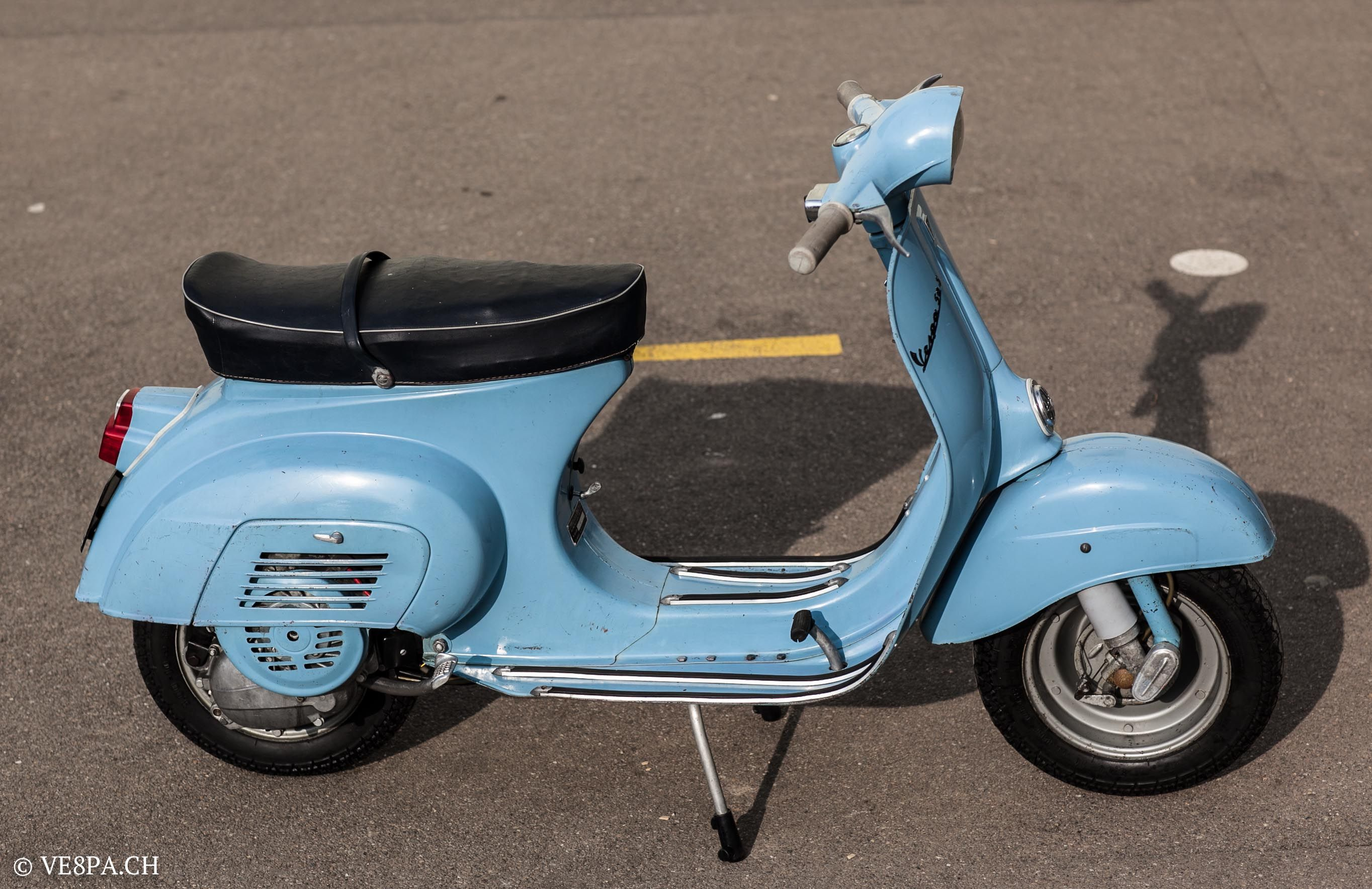 Vespa 50S, 1964, 7'000 km, im O-Lack, original condition, conservata. Over 70 more pictures here: https://ve8pa.ch/2015/02/15/vespa-50s-1964-mit-7000-km-rahmen-nr-5133/