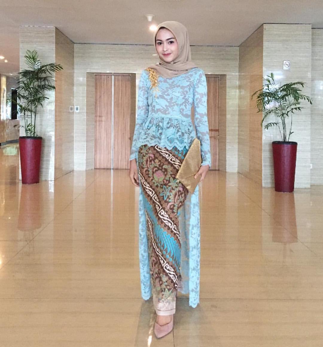 Contoh Gambar Baju Batik Modern: Inspirasi Kebaya Modern Brokat Biru Dengan Rok Batik
