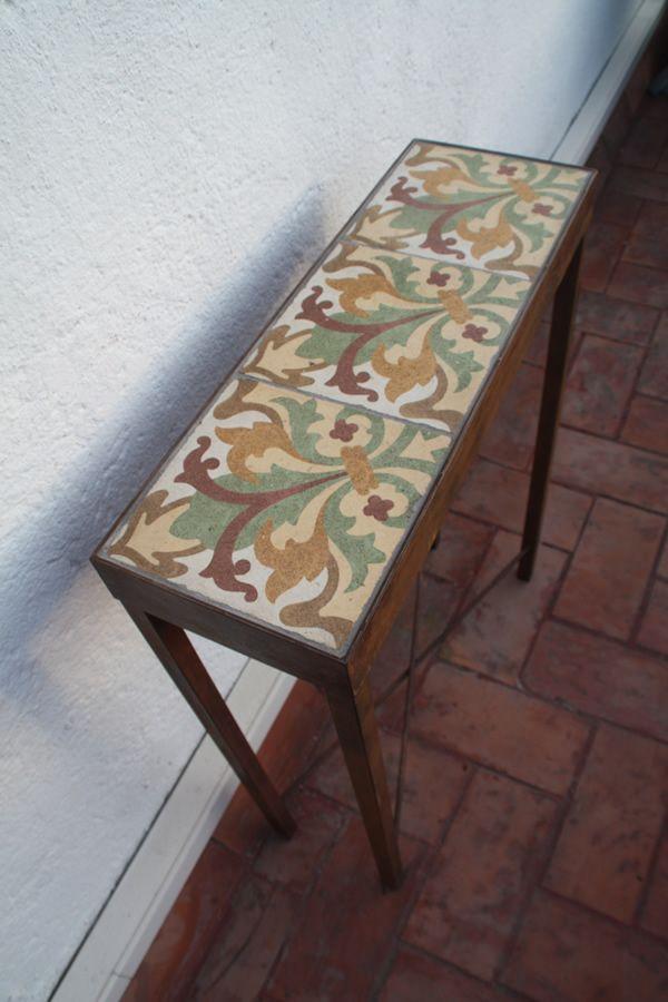 Mesas hechas con antiguas baldosas hidr ulicas restauradas for Mesas hechas con puertas antiguas