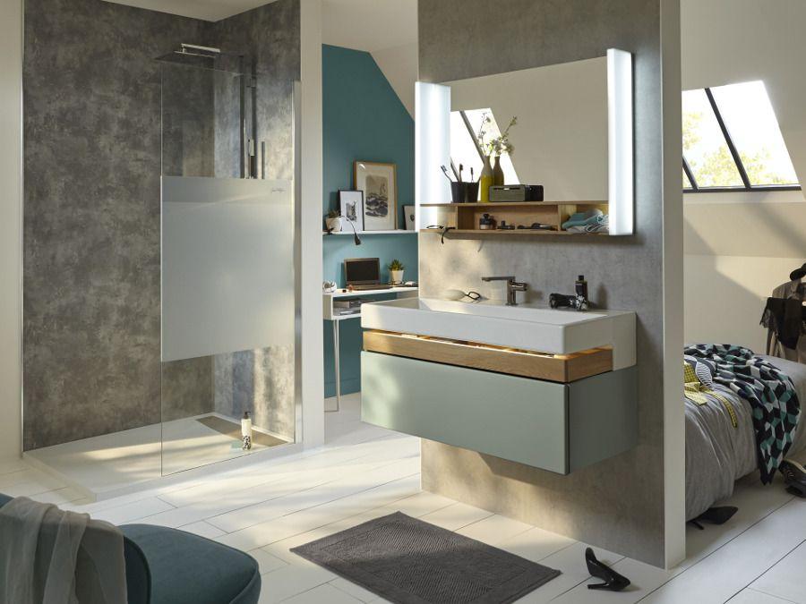 Une douche à l'italienne ouverte sur une chambre