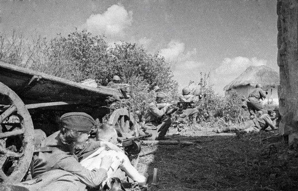 Tropas soviéticas combatiendo en una aldea del Cáucaso, sur de Rusia, verano de 1942