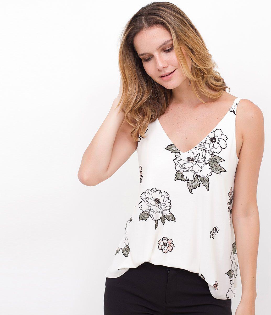 c214511cd6a5 Blusa feminina Modelo regata Estampa floral Decote V na frente e costas  Modelo veste tamanho: