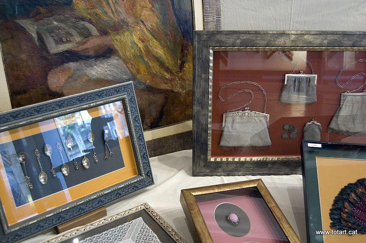 Marcos para cuadros de objetos, abanicos, bolsos de plata, broches ...