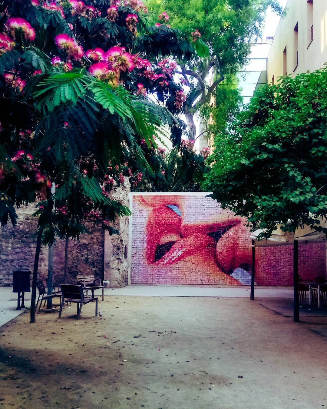 Photo by: @millsolsson in #Barcelona with #BCNmoltmes #love #square #art #kiss