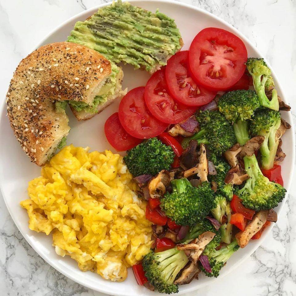 Ingredientes Huevos Revueltos 1 2 Pan De Bagel Pure De Aguacate Rodajas De Tomate Vegetales Salteados Procedimiento En Good Healthy Recipes Healthy Food