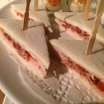 Sandwich met kip, ontbijtspek en tomaat