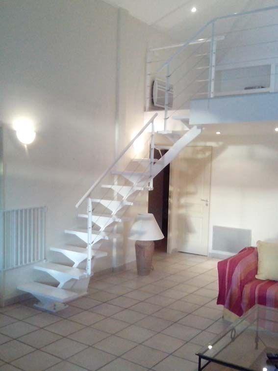 Escalera metálica en hendaya, para acceso a bungalow. lacada en ...