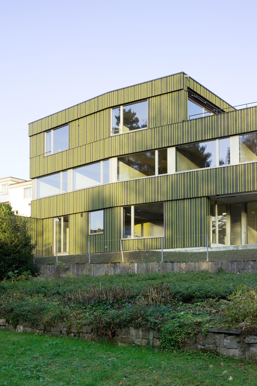Die Fassade Ist Aus Vertikalen Schwarz Lasierten Holzbrettern In