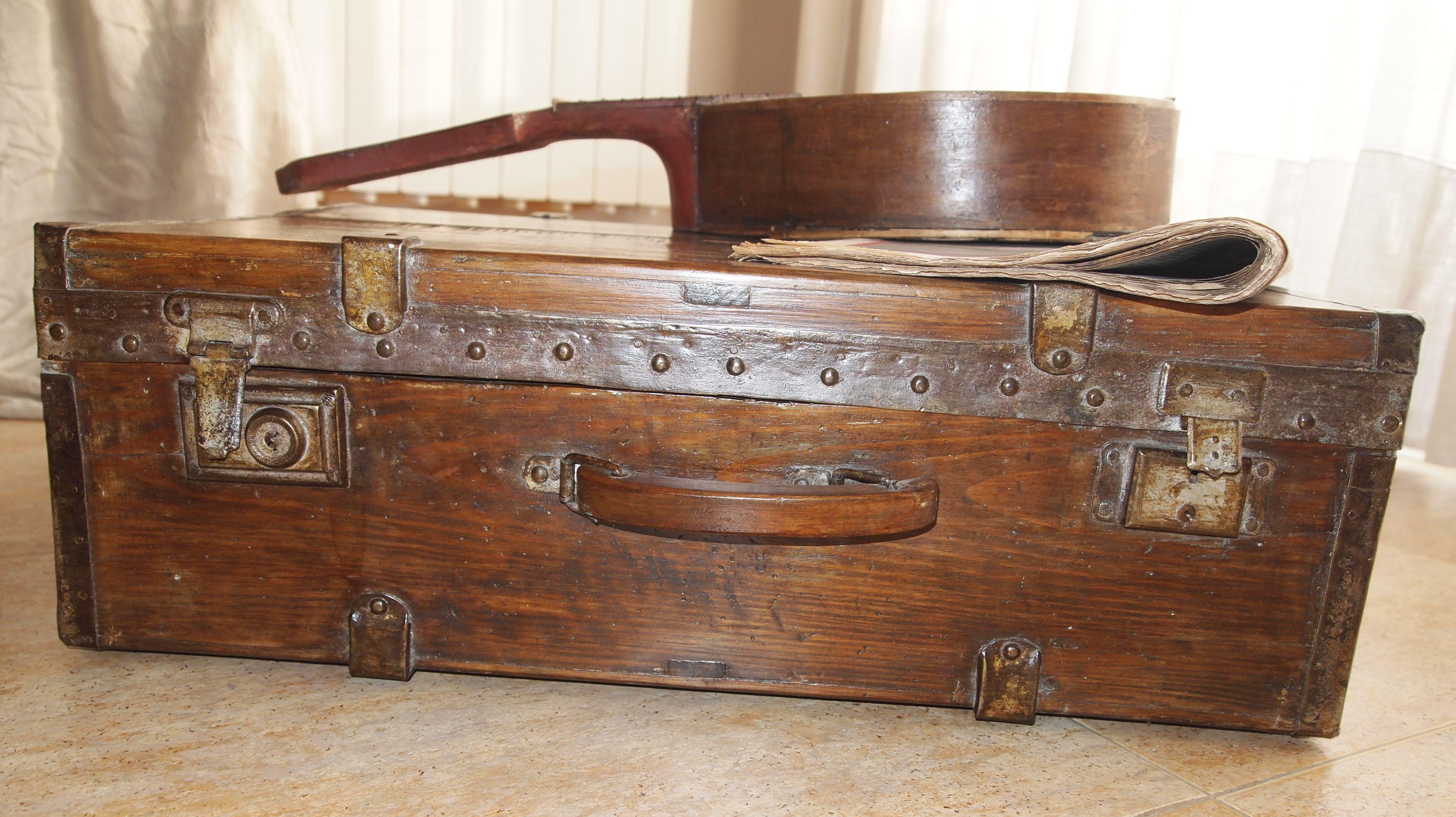 Esta es maleta de madera  de mi suegro que tenia cuando fue ha hacer el servicio militar.
