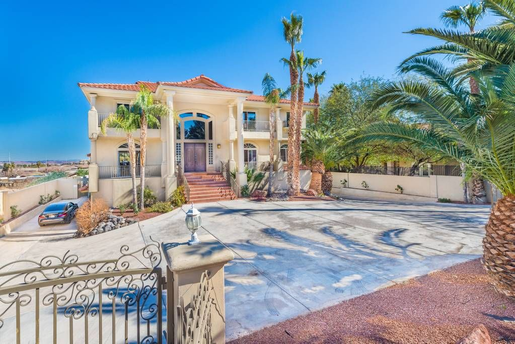 777rentals East Vegas Mansion Sleeps 18 Pool Houses For Rent In Las Vegas Nevada United States Vacation Home Mansions For Rent Mansions