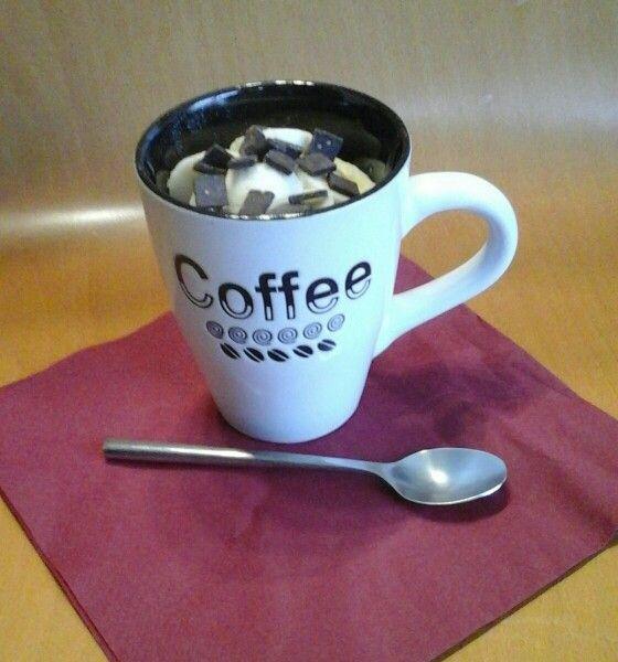 Bizcocho en taza con platano y chocolate