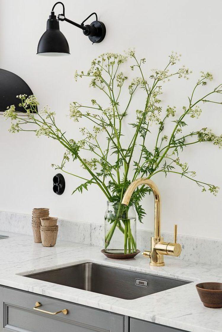 Küchenspüle mit goldfarbener Küchenarmatur | . interior - props ...