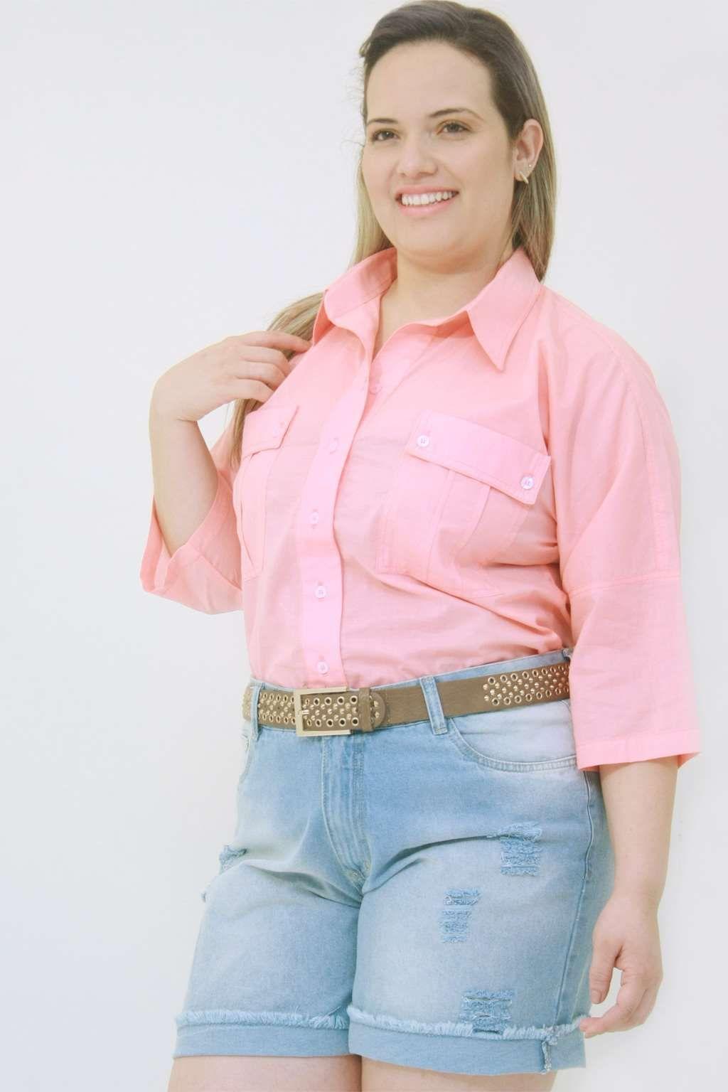 f8b44c645 Camisa Voal Japonesa Bolso Rosa de mangas japonesa com recorte vira da  frente larga e bolsos com lapela  camisaplussize  plussize  modaplussize ...