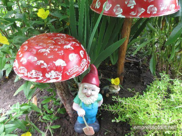 coloca pequeños gnomos en tu jardín y serán tus guardianes permanentes