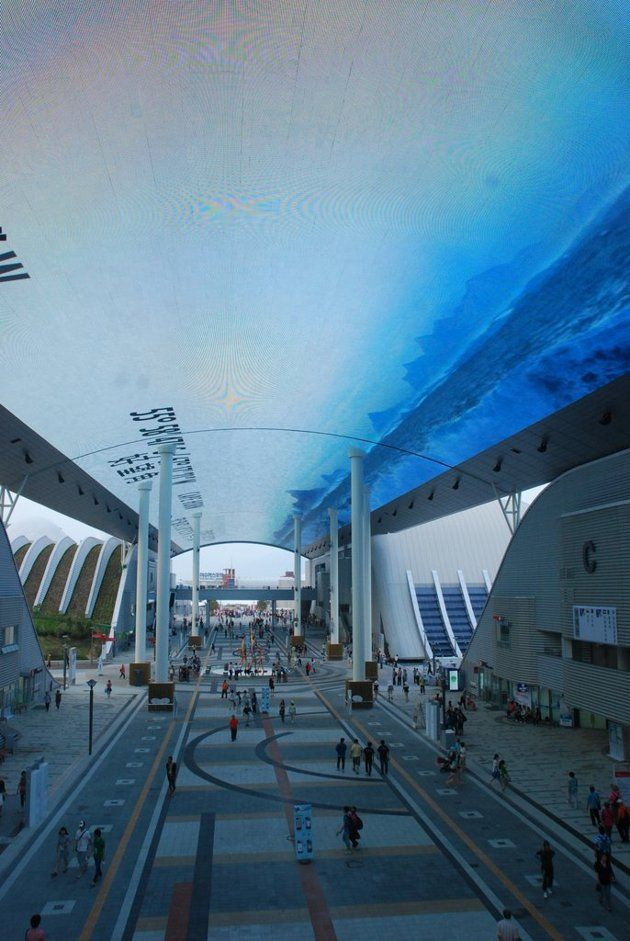 The ceiling at the International Pavilion area features like an LED screen 218m long, 30m wide display ocean life and for visitors to experience the feeling of the sea floor. To create this spectacular display, 6324 TV 60 inches have been mobilized.