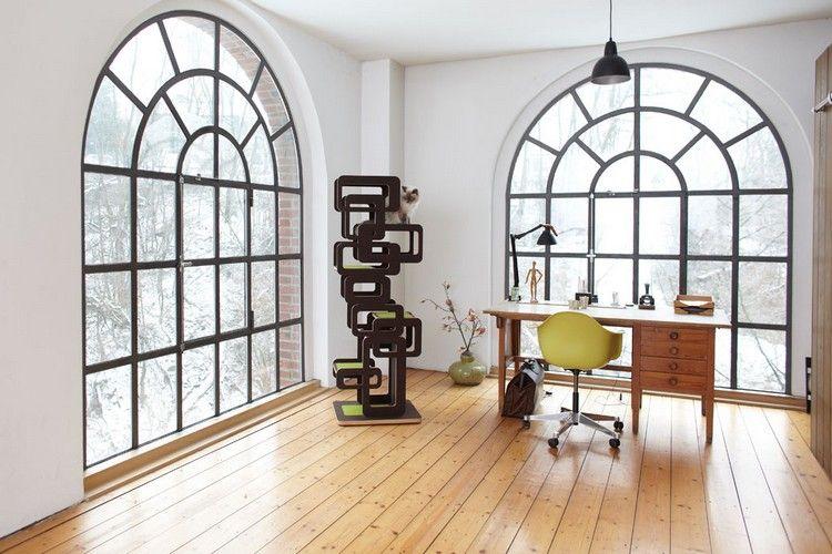 arbre à chat design multifonctionnel en noir et vert, sol en bois massif, bureau design et chaise Eames