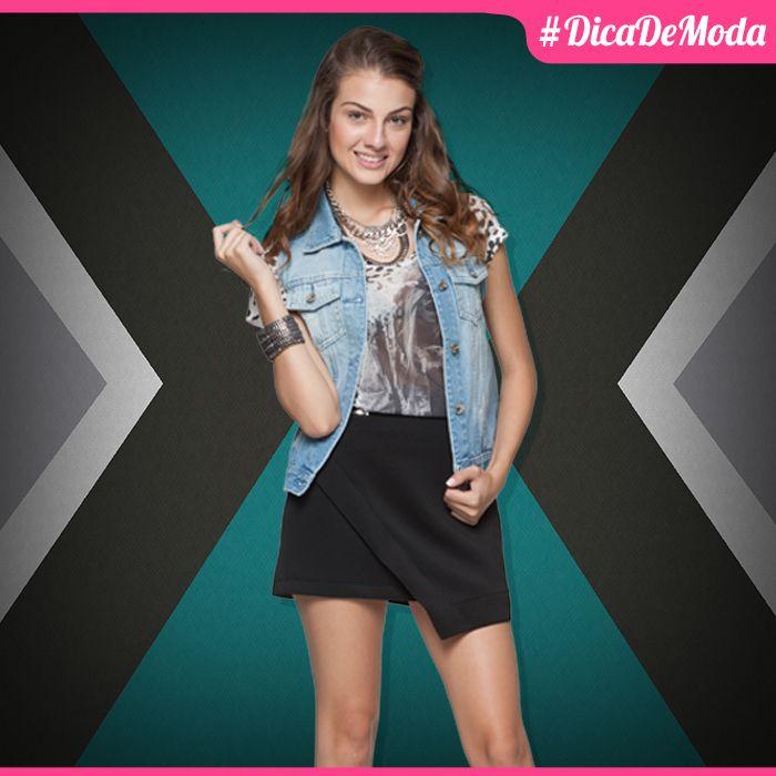 A saia assimétrica, a blusinha estampada e o colete jeans compõe um look super fofo e despojado! Tem como não amar?