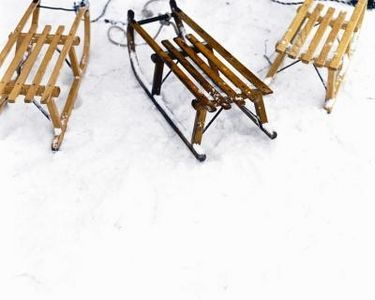How to Decorate Old Wooden Sleds thumbnail