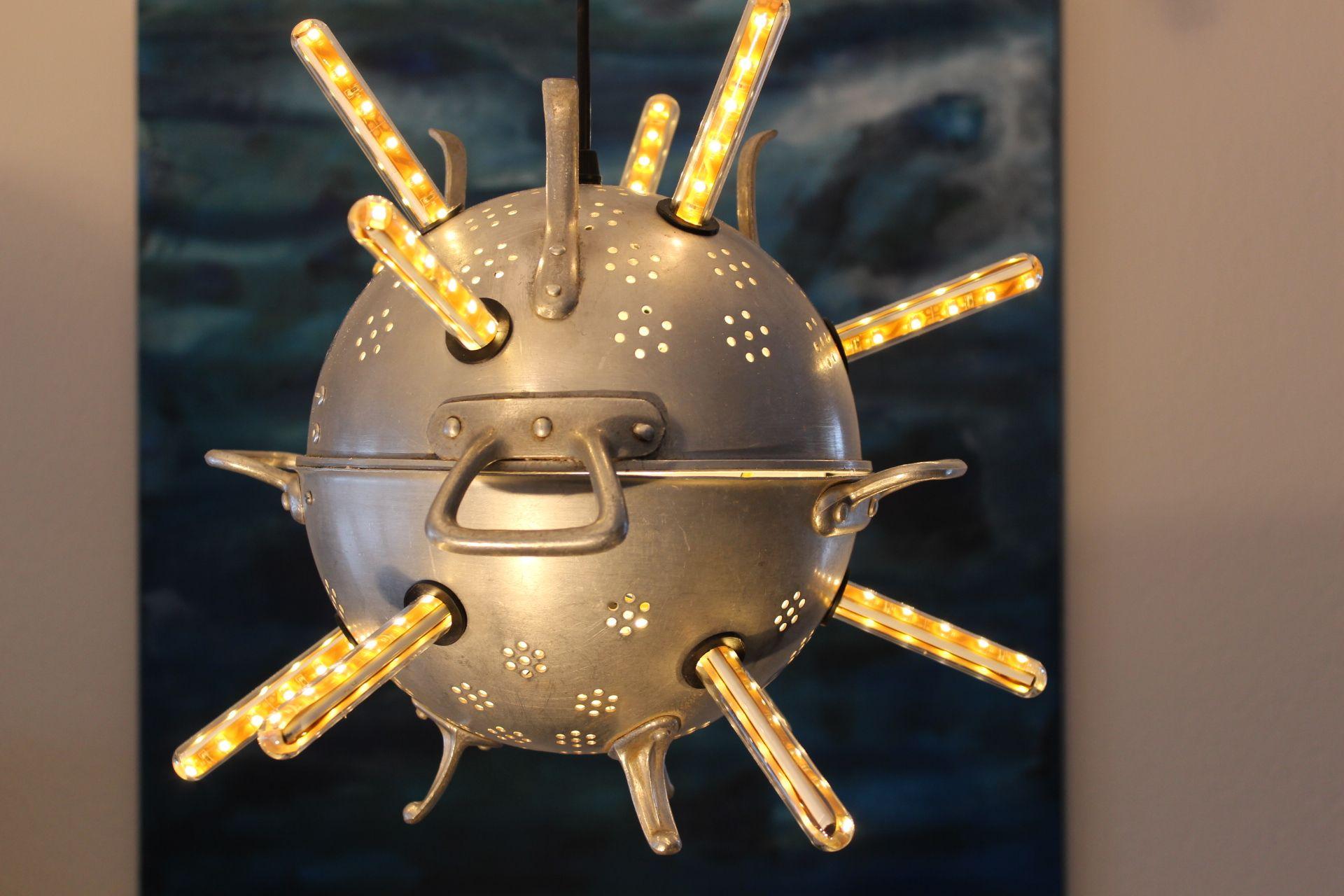 Selber gebaute Lampe aus Abtropfsieben. Upcycling, recycling Leuchte mit LED Streifen ...