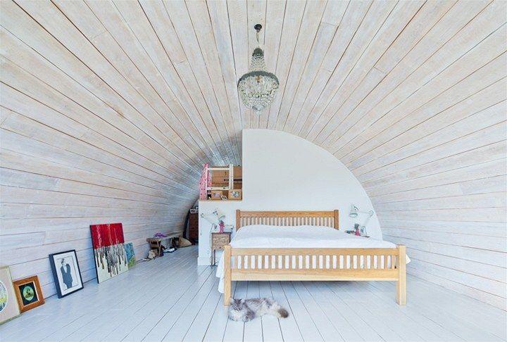 V patře přístavby je rodičovská ložnice s šatnou a koupelnou.