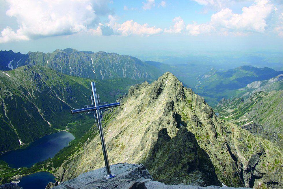 Rysy. Hora v Tatrách, která ležící na slovensko-polské státní hranici. Má tři vrcholy, dva leží na Slovensku a jeden v Polsku.