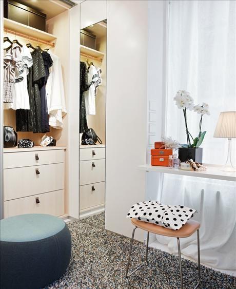Pall med sits i naturgarvat skinn, 4080 kr, PWH furniture, kudde, 49 kr, H&M home. På skivan till...