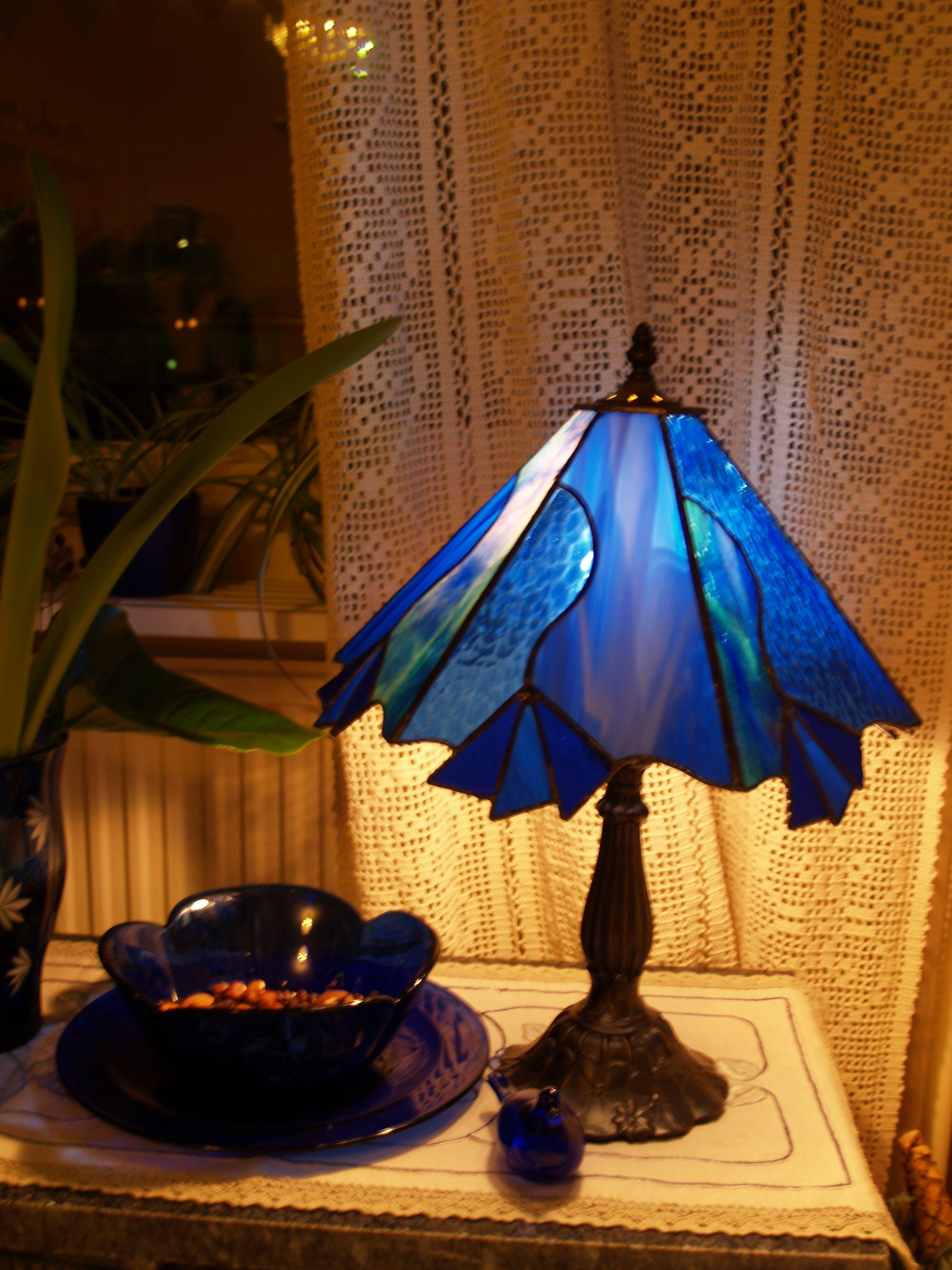 Sininen pöytälamppu, tiffanytekniikka