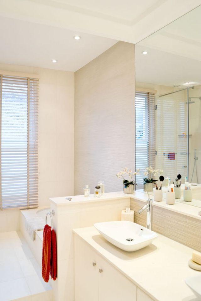 Badezimmer Ecru Creme Farben Badewanne Fenster Jalousien