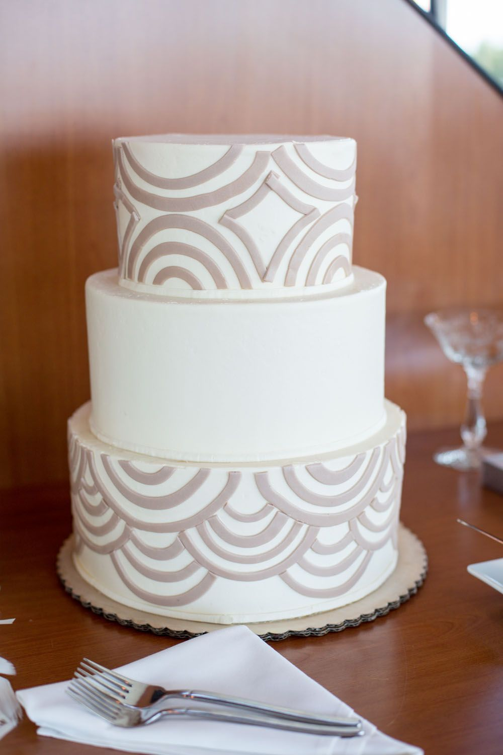 Beige + white patterned 3 tier wedding cake. | Photo: Andary Studios ...