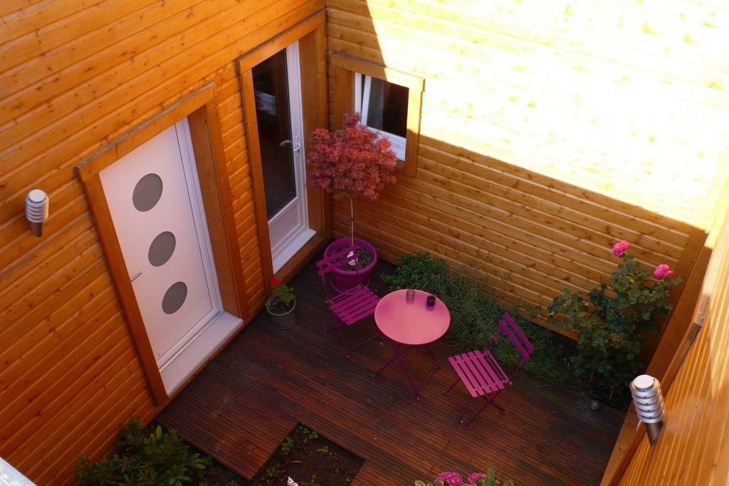 Patio - une cour intérieure dans une maison bois cubique - un jardin - toiture terrasse bois accessible