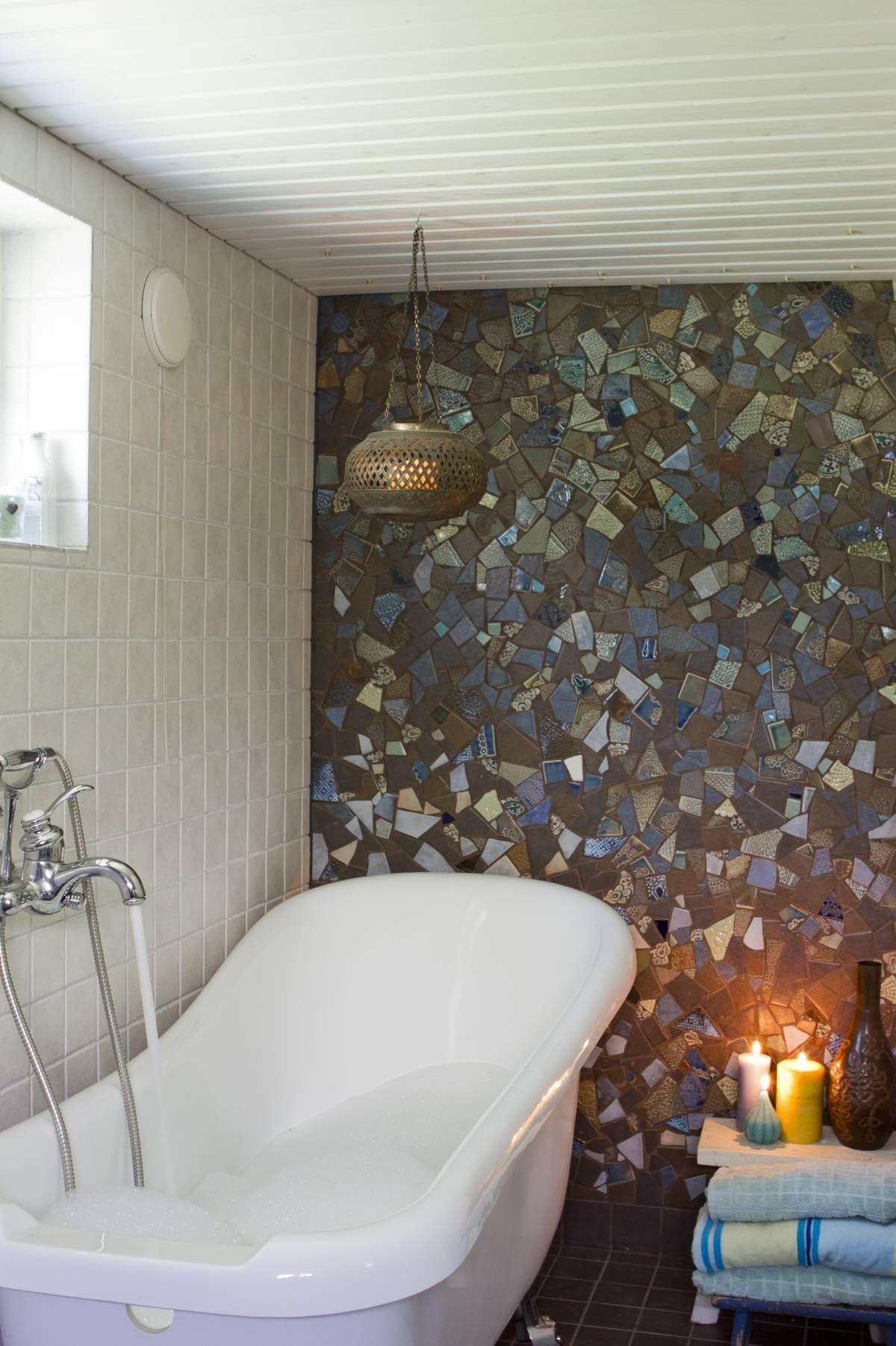 Kylpyamme on ahkerassa käytössä. Kylpiessä voi nähdä mosaiikkiseinän kuvioissa jänniä  muotoja.