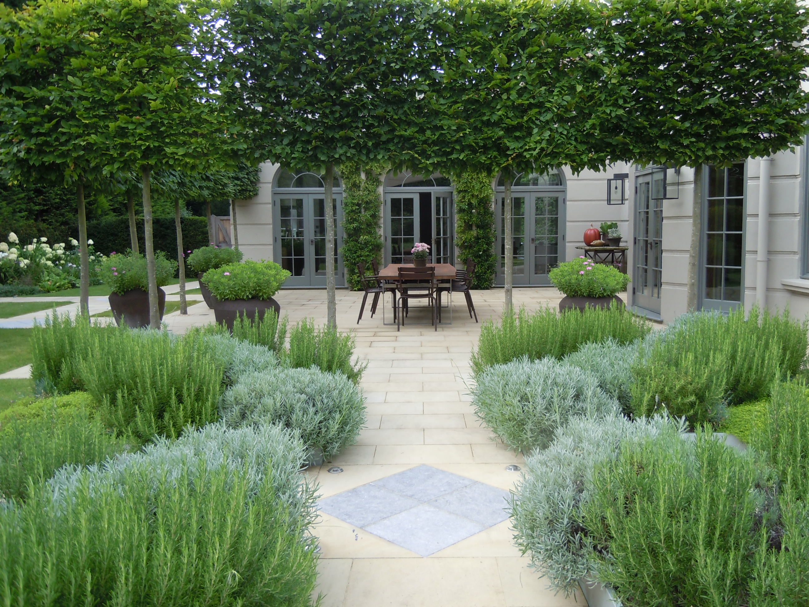 Landscape architect visit a refined kitchen garden by for Large area landscaping ideas