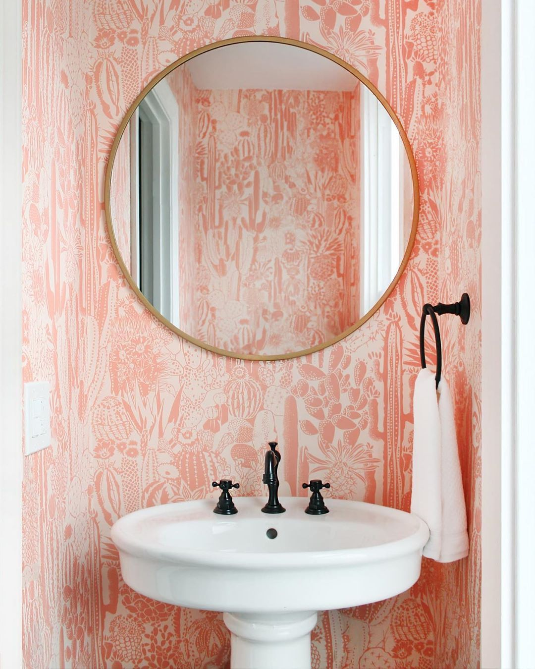 We have so much love for bathrooms with unique wallpaper 🤩🤩🤩(Image: @pratt_deutsch_interiors ; Home: @andreaisabellelucas). Click the image to try our free home design app.  (Keywords: bathroom remodel, small bathroom ideas, bathroom ideas, bathroom decor, dream room, room ideas, bathroom painting ideas, bathroom shelf, bathroom color, bathroom organization ideas, bathtub, beautiful homes)