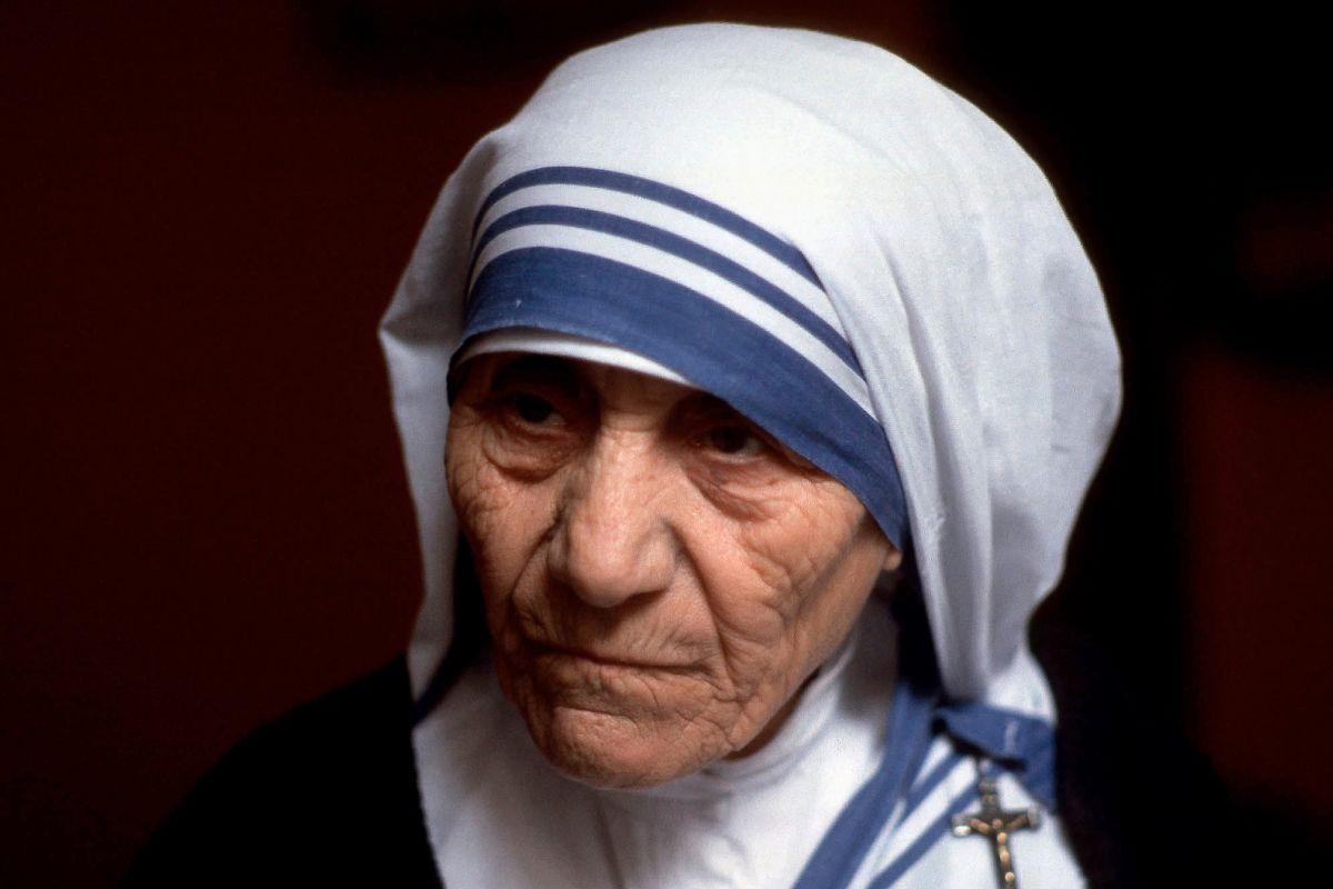 Madre Teresa De Calcuta Biografia Buscar Con Google Madre