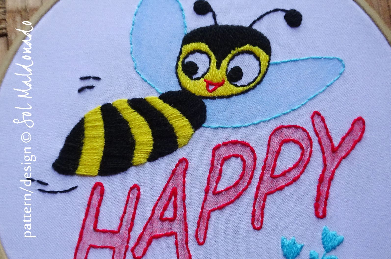 Bee Happy detail of an easy hand embroidery hoop, perfect for kids room! #embroiderypattern #handembroidery #beehappy #embroideryquotes #handembroiderylove #embroideryhoopart #childrenembroidery #embroideryaddict #bordadoamao #bordadoamano #bordados #bordadomejicano #learnembroidery #embroiderydesign #modernembroidery #embroiderydiy #hoopart #borduuwek #broderie #bordadolivre #riscoparabordado #embroiderylife #embroiderybeginner #stitching #stickerei